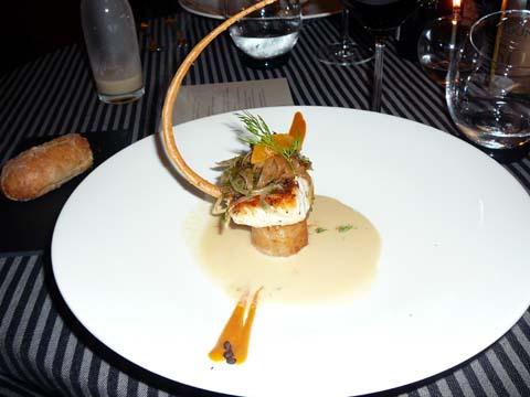 Filet de merlu, tombée d'échalotes et navets confits à l'aneth, beurre blanc au poivre de Timut et coulis de mandarines