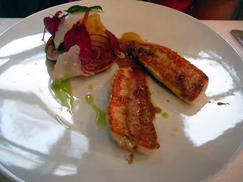 Filet de rouget grillé sur la peau, tartelette de légumes croquants, jus au basilic