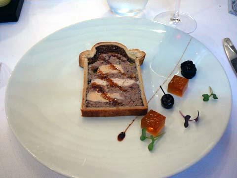 Pâté en croûte de volaille de Bresse et foie gras, confiture de cerises noires