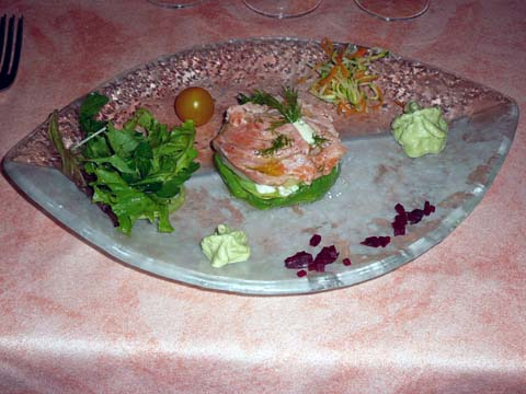 Arlequin d'avocat et artichaut, saumon mariné, crème au basilic