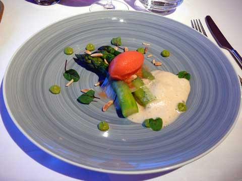 Asperges vertes en voile de lard de Colonata, sorbet orange sanguine, mousseux aux amandes torréfiées