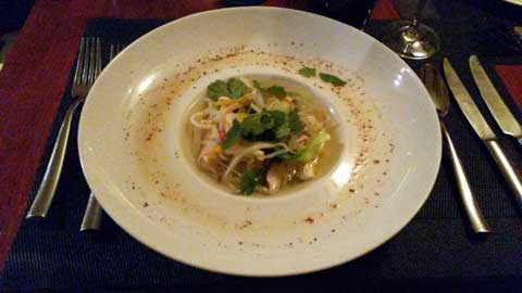 Bouillon vietnamien au poulet, légumes, vermicelles de riz, kaffir lime, coriandre