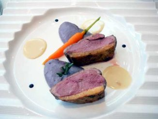 Filet de canard rosé, purée de vitelottes à l'huile de noisette, crème de volaille au vin jaune