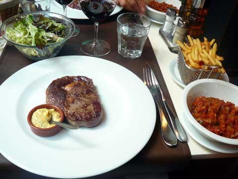 Entrecôte de boeuf Hereford, pommes frites, légumes et sauce béarnaise