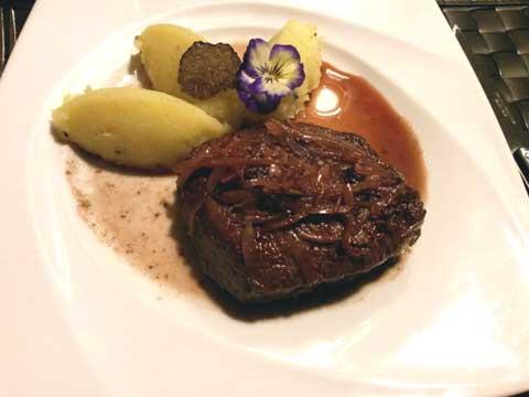 Filet de boeuf charolais, sauce échalottes et Pinot Noir, écrasé de pommes de terre à la truffe de bourgogne