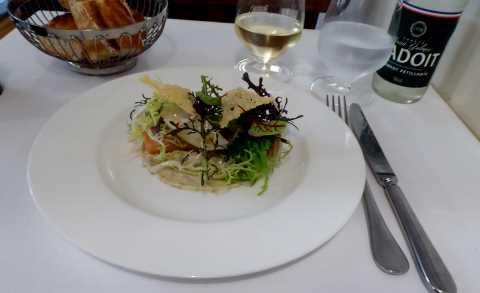 Saumon sauvage de Norvège confit, tartare, salade d'herbes folles
