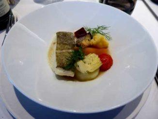 Dos de cabillaud poché au bouillon de volaille, légumes du marché