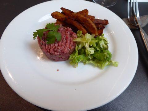 Tartare de boeuf préparé salade, frites maison